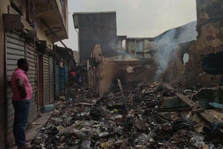 Douala, le 29 décembre 2020. Dans les décombres après l'incendie au marché Mboppi