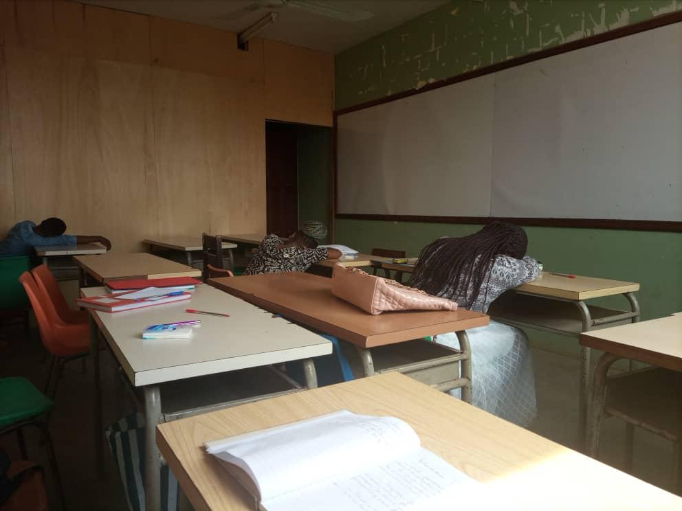 Des étudiants de l'Iug somnolent en salle le jour de la rentrée