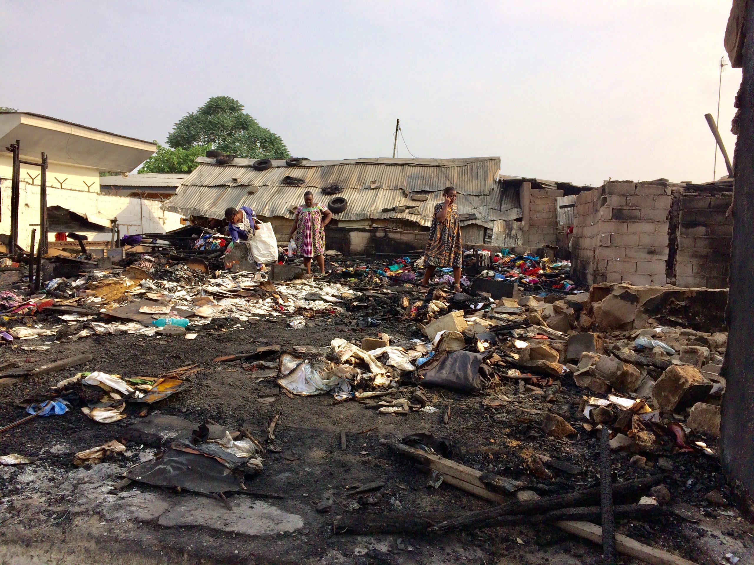 Douala le samedi 6 février 2021. Des femmes sur le lieu de l'incendie à Akwa. Photo: Moustapha Oumarou