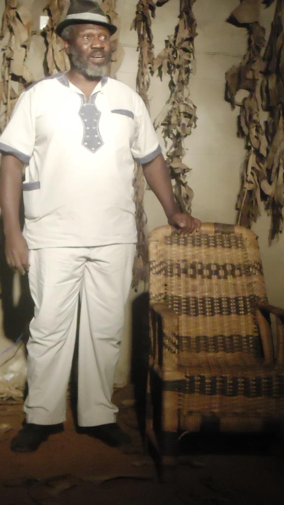 Bafoussam le 4 décembre 2015. Wakeu Fogaing présente la pièce Point de presse sur scène. ¨Photo: Mathias Mouendé Ngamo
