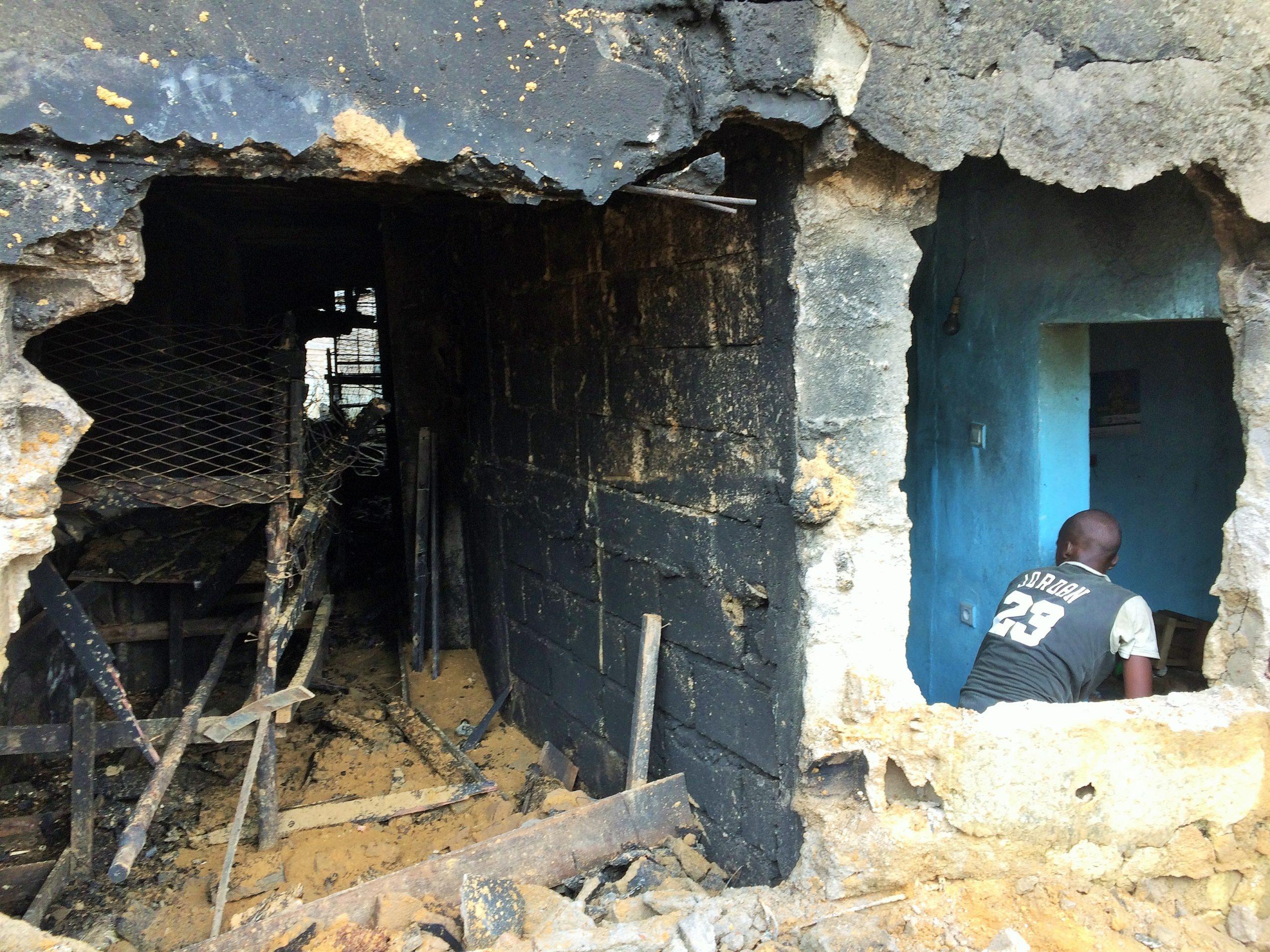 Douala, mercredi 24 mars 2021. Le mur défoncé par les sapeurs-pompiers pour accéder à l'intérieur du bâtiment afin de maitriser le feu. Crédit Photo: Moustapha Oumarou