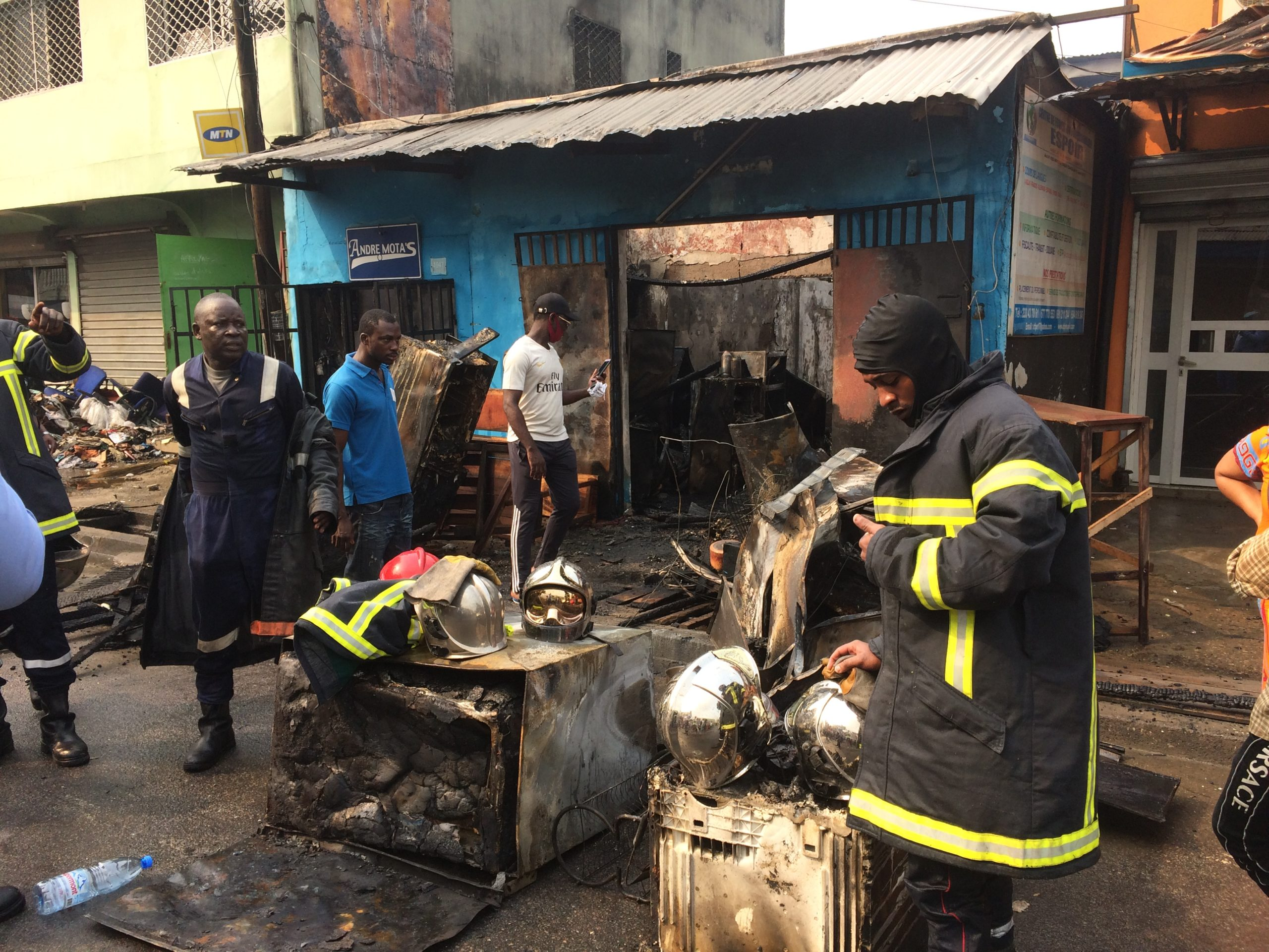 Douala,le vendredi 5 mars 2021. Quelques élements du Corps national des Sapeurs-pompiers après l'operation d'extintion des flammes. Photo: Moustapha Oumarou