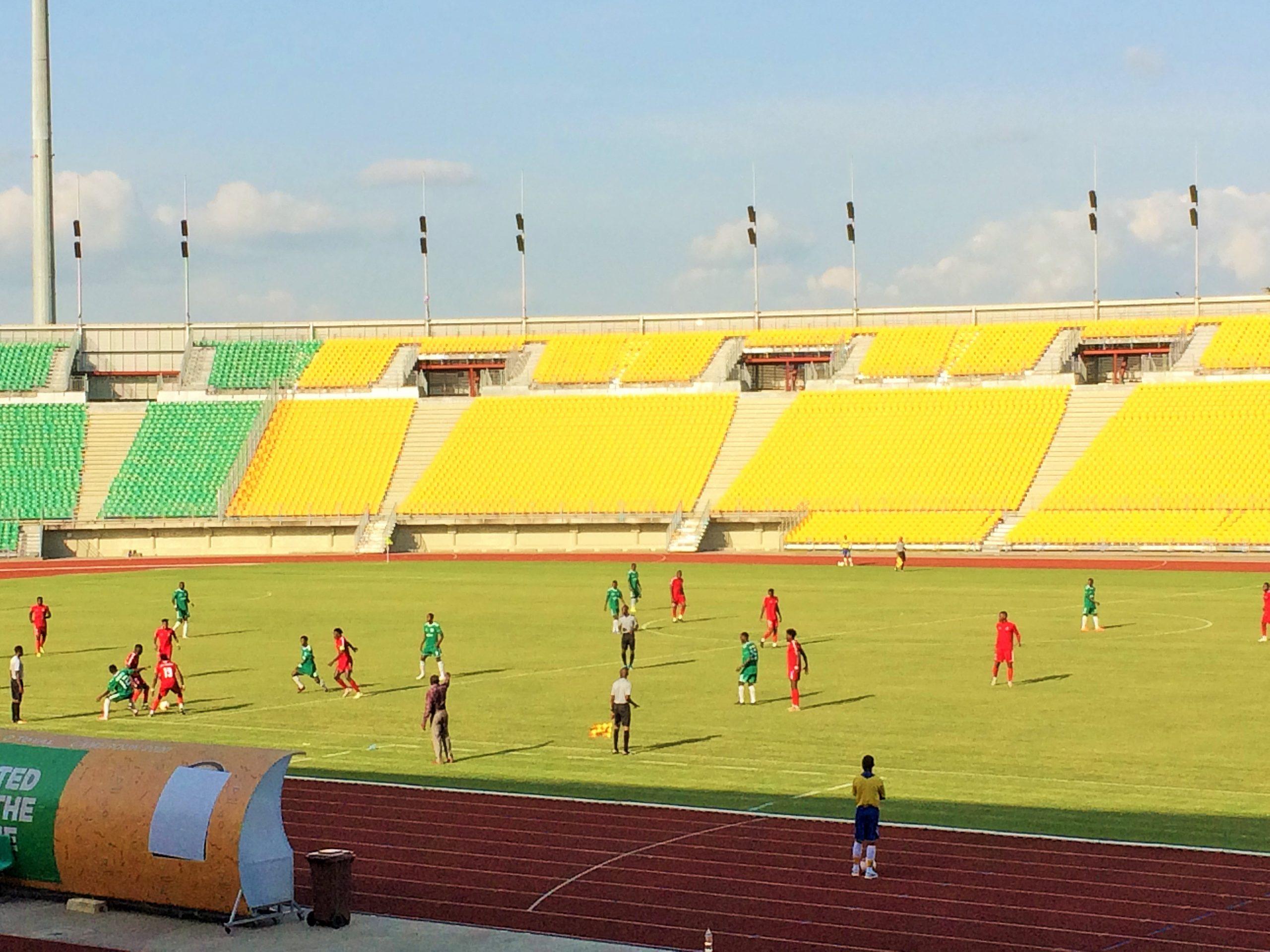 Dimanche 25 avril 2021. Une phase de jeu entre Fovu Club de Baham et Avion Academy. Crédit photo: Moustapha Oumarou