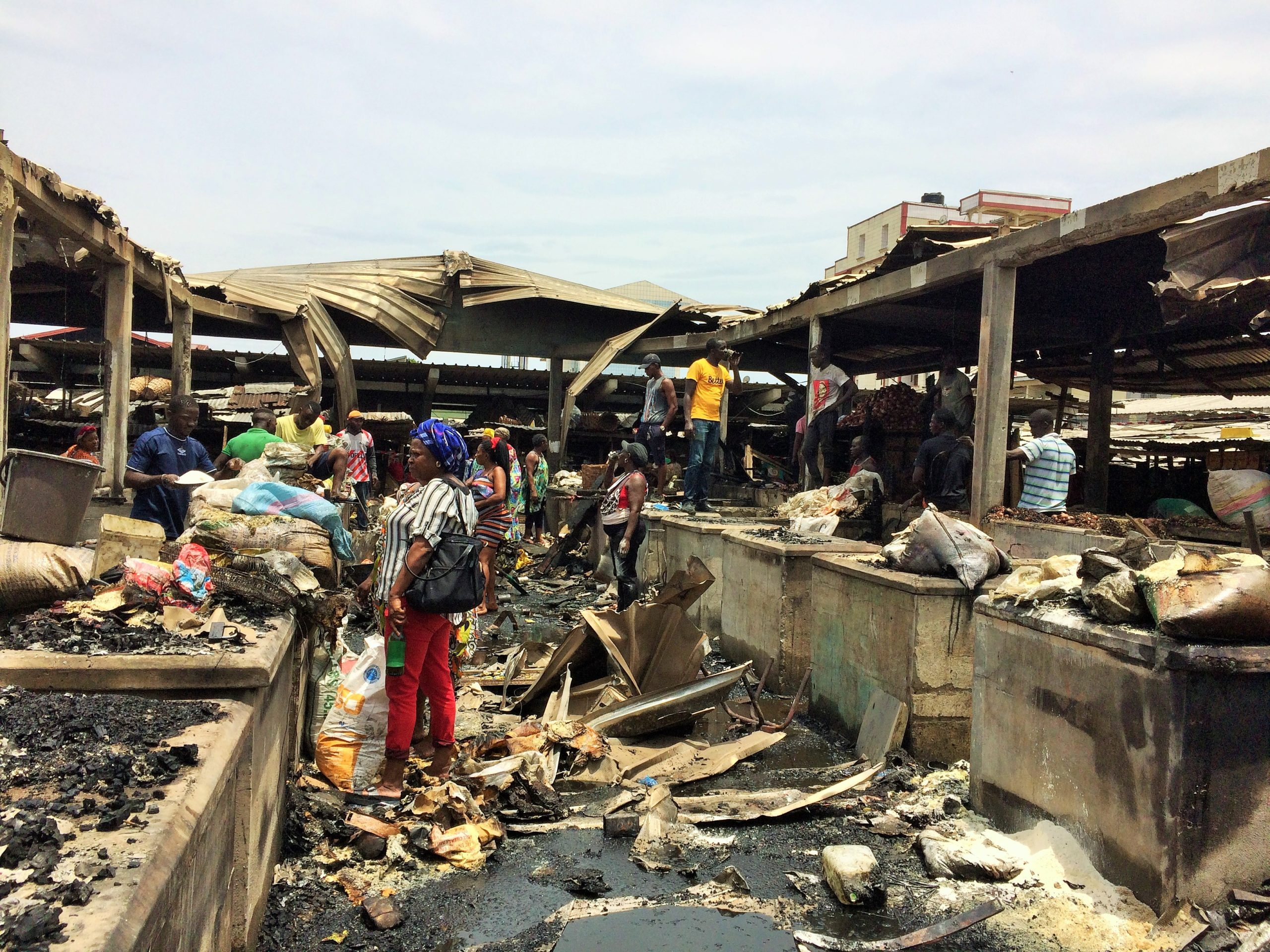 Lundi 12 avril 2021. Des sinistrés fouillent dans les décombres après l'incendie survenu la veille au marché de la Cité des Palmiers de Douala. Photo: Moustapha Oumarou