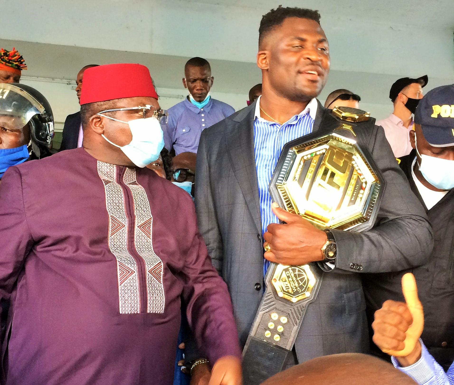Service du Gouverneur de la région du Littoral lundi 26 avril 2021. Samuel Dieudonné Ivaha Diboua est à côté de Francis Ngannou qui tient sur sa main sa ceinture.