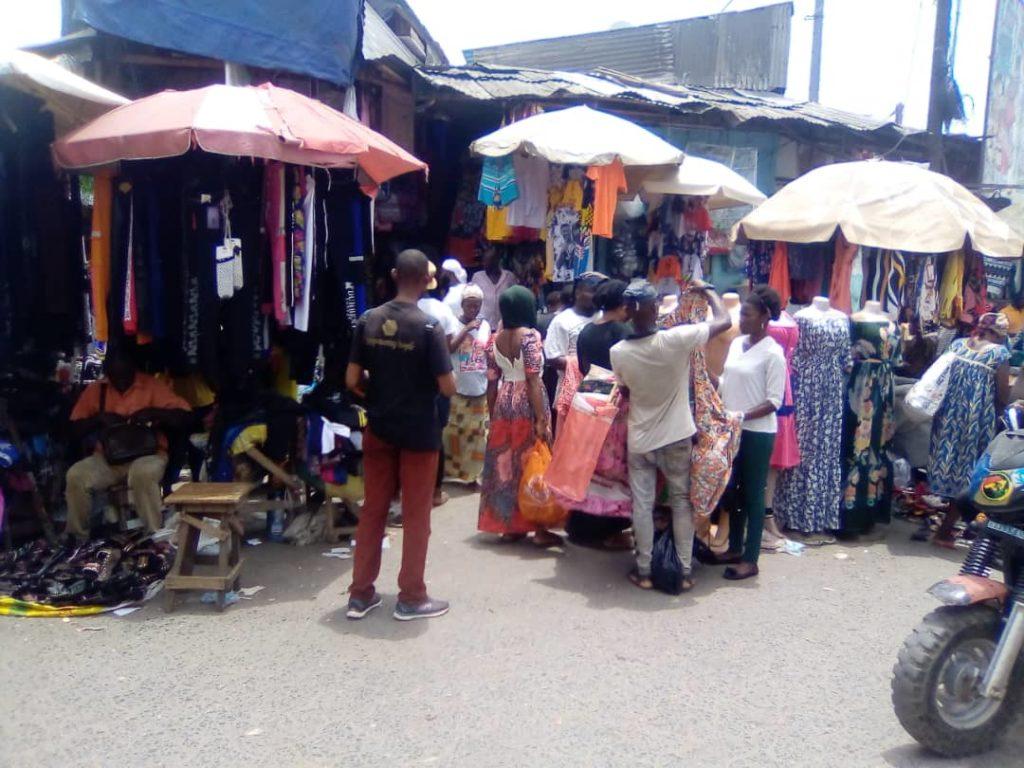 Des commerçants sur la voie publique, hors du marché. Photo: Douala Today