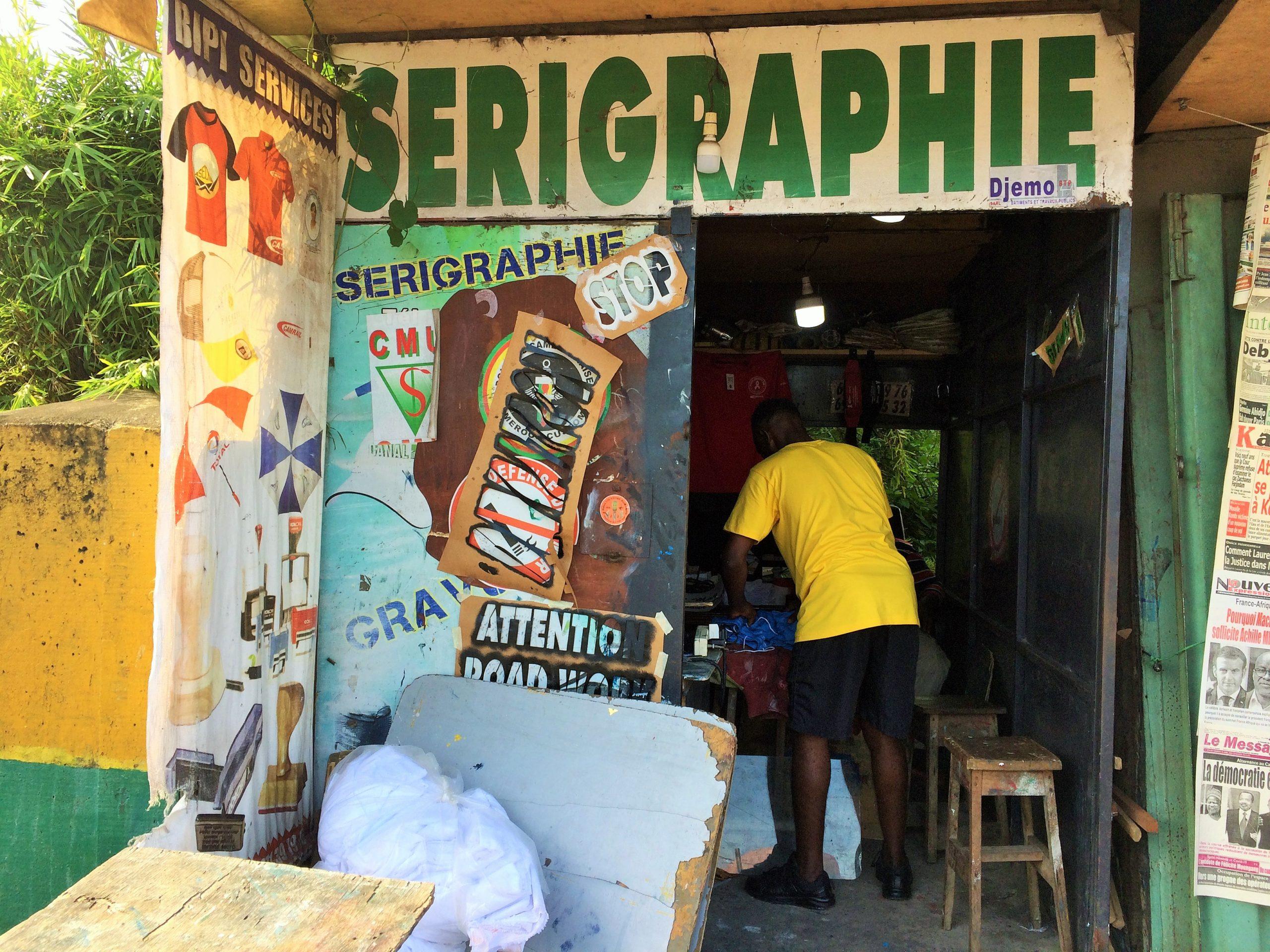 Fête du travail 2021. Un jeune qui travaille dans un atelier de sérigraphie à Douala.