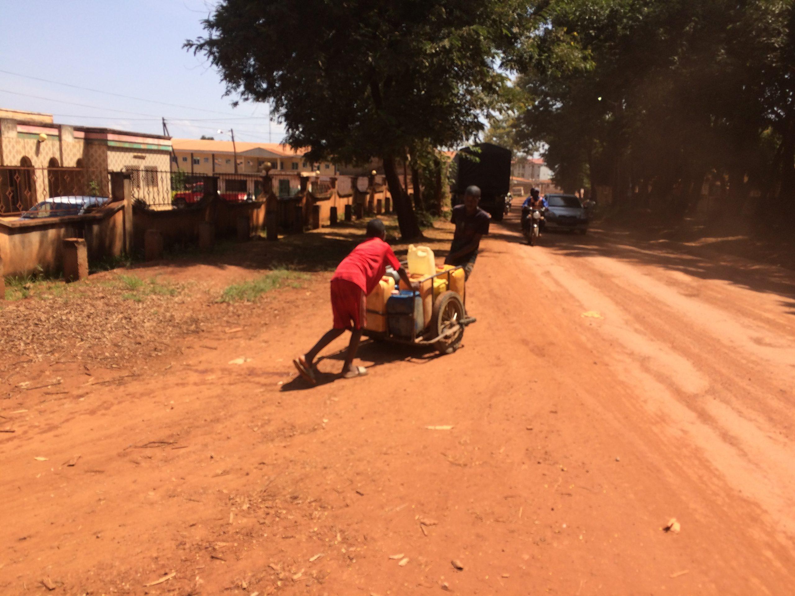 Penurie d'eau à Ngaoundéré. Des jeunes à la quête du précieux liquide. Crédit photo: Moustapha Oumarou